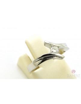 Pierścionek z białego złota z brylantem 0.13ct. J/P1  2.650g. 585 z certyfikatem kolekcja pieprz i sól
